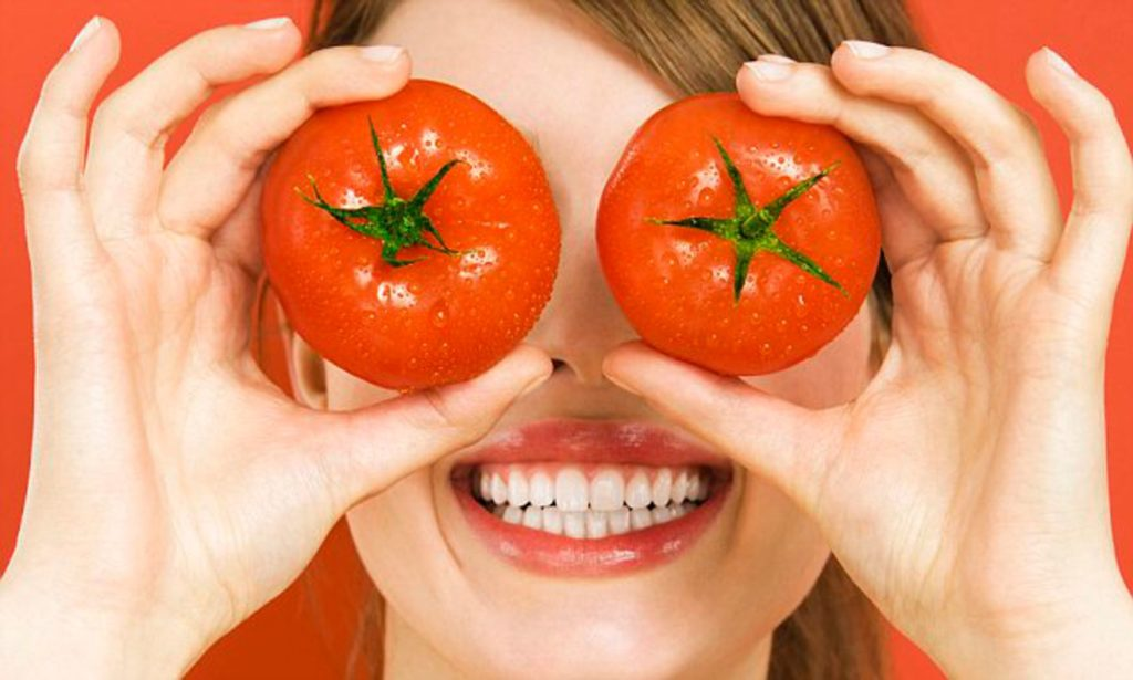 Home Remedies to Treat Dark Circles-tomatoes