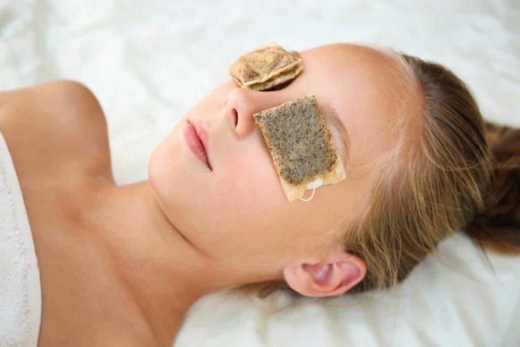 Home Remedies to Treat Dark Circles-green tea bags